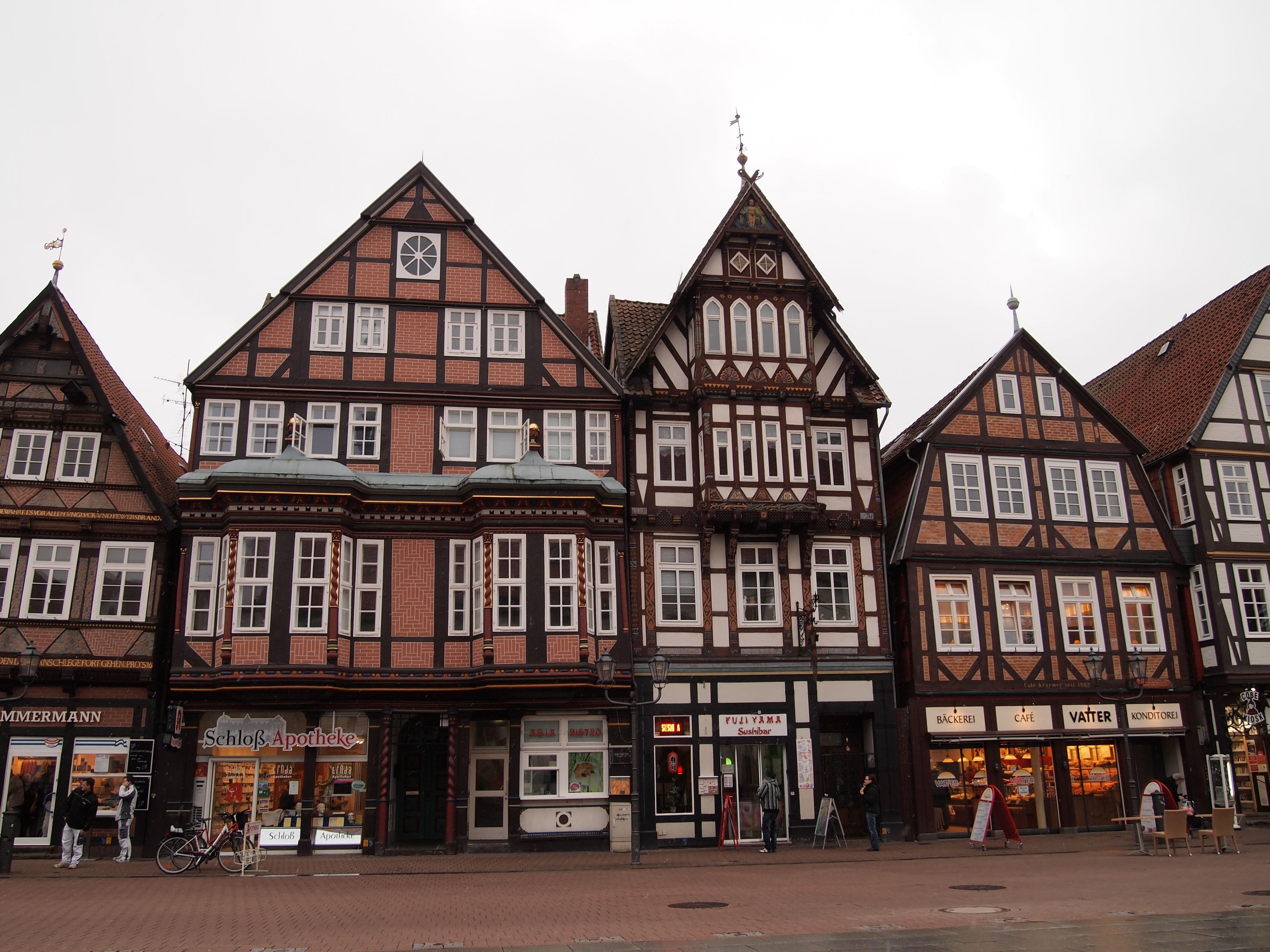 古風な建物ですが、1階部分は普通の店舗になっています。
